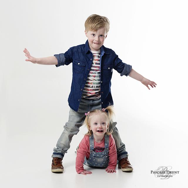 stoere broer zus kinderfotografie Pascale Drent studio zutphen